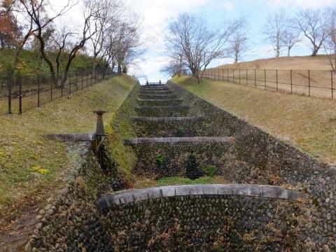 村山下貯水池・余水吐き水路十二段の滝