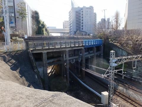 井の頭線を渡る玉川上水水路橋