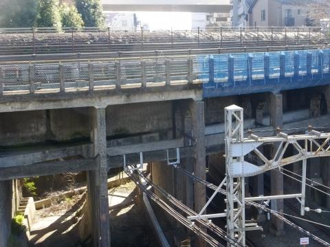 井の頭線を渡る玉川上水水路橋と水管橋
