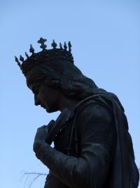 文化学園大前の叡智と慈愛の女神像