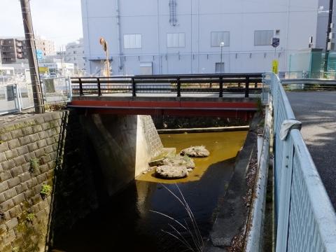 麻生川に合流する片平川