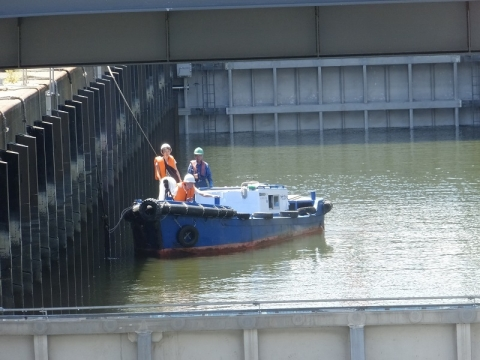 扇橋閘門閘室内の小艇
