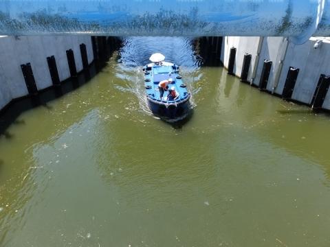 扇橋閘門後扉を出た小艇