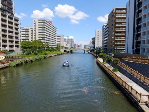 小名木川を旧中川方面へ向かう小艇