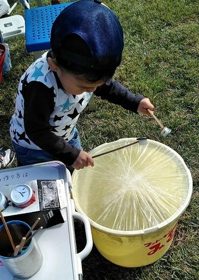 アースデイ中津2019 樽太鼓で遊ぶ子