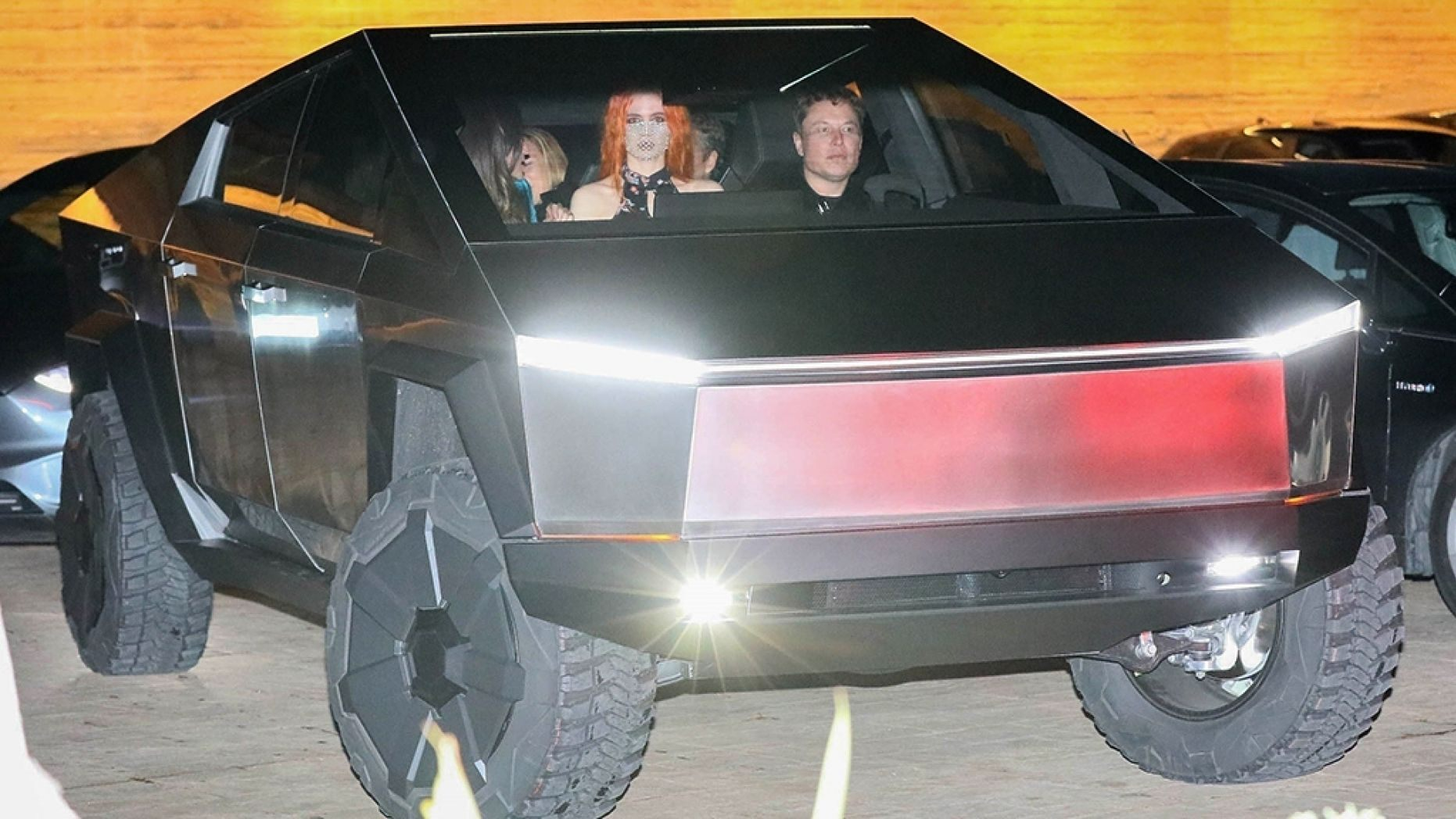 ヤバイ】Tesla「サイバートラック」実車が街ナカ走行で
