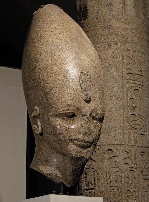 アメンヘテプ3世の巨像の頭部 写真