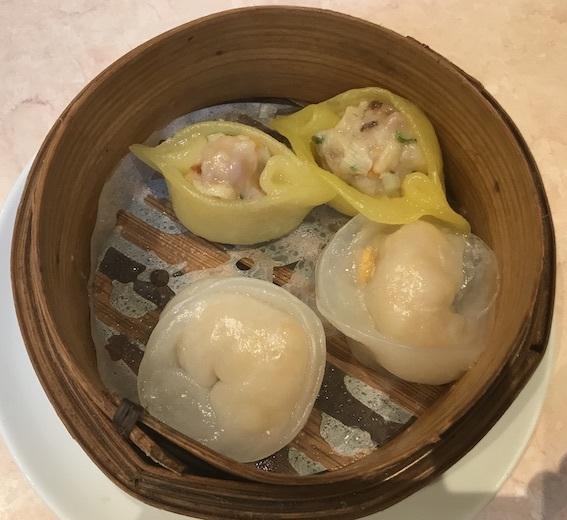 インゴット蒸し餃子(手前)とかぼちゃ五目蒸し餃子(奥)
