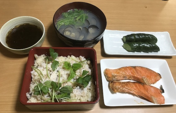 かに飯と紅鮭、もずく添えの定食