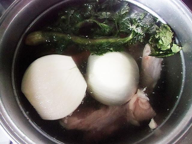 肉と野菜を茹でている