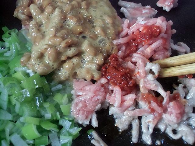 挽き肉と納豆を炒める