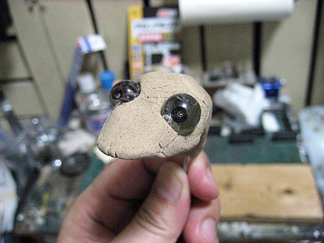 粘土に水晶を嵌めた
