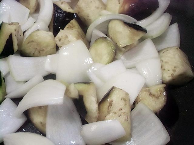 茄子とタマネギを炒める