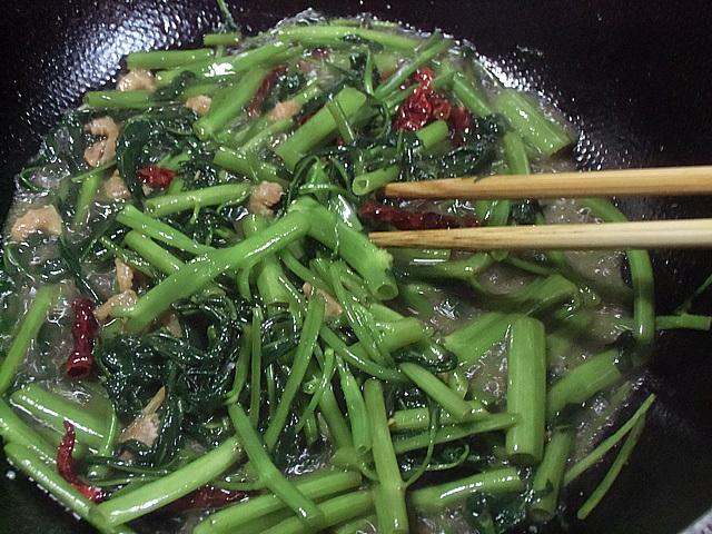 干しエビと唐辛子で炒める