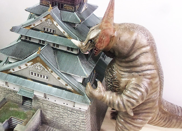 大阪城にガブリより
