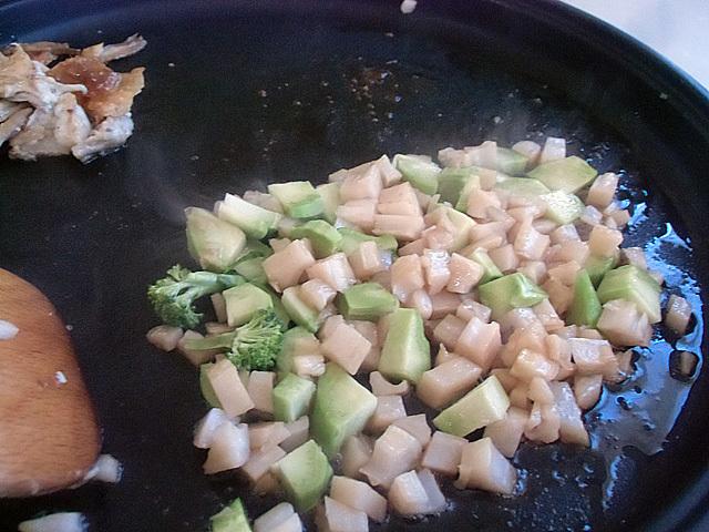 蓮根とブロッコリーを炒めている