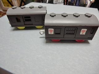 茶色に塗装変更した郵便車とシュッポーD51サウンド郵便車
