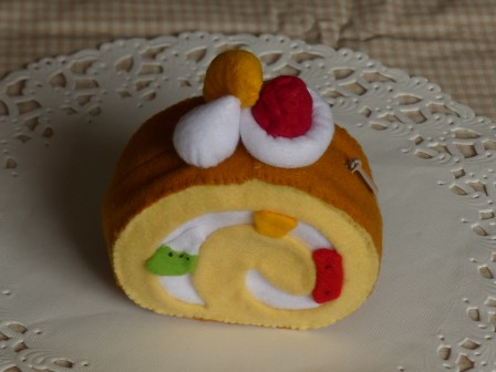 フェルト手芸 ロールケーキのポーチ