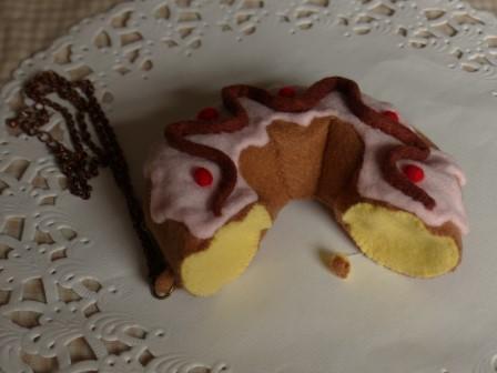 フェルト手芸 ショコラドーナツ (食べかけ) のチェーンつきポーチ