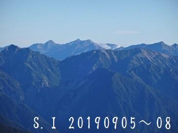 2-6 中央尖がりが白馬岳、右端が鹿島槍ヶ岳、左前が水晶岳や野口五郎岳か・