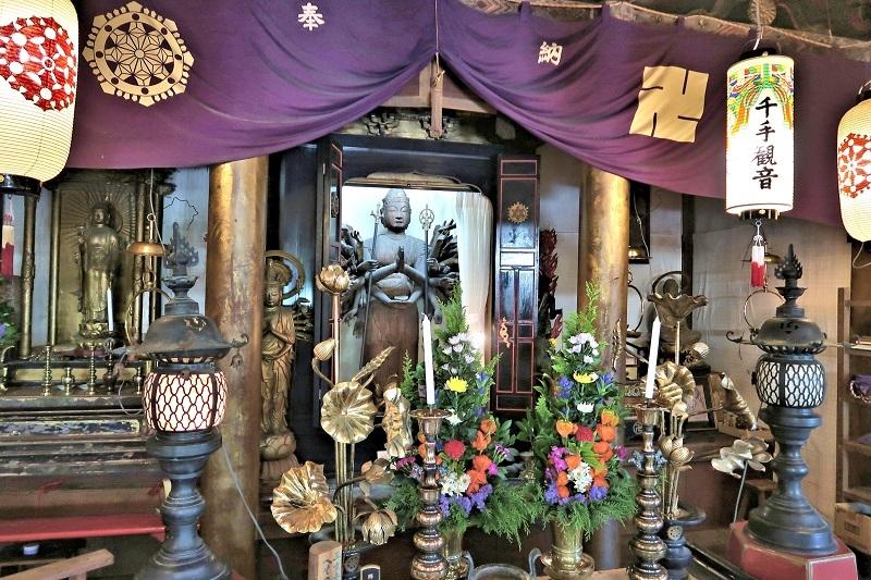 勧学寺本堂内厨子に安置された千手観音像