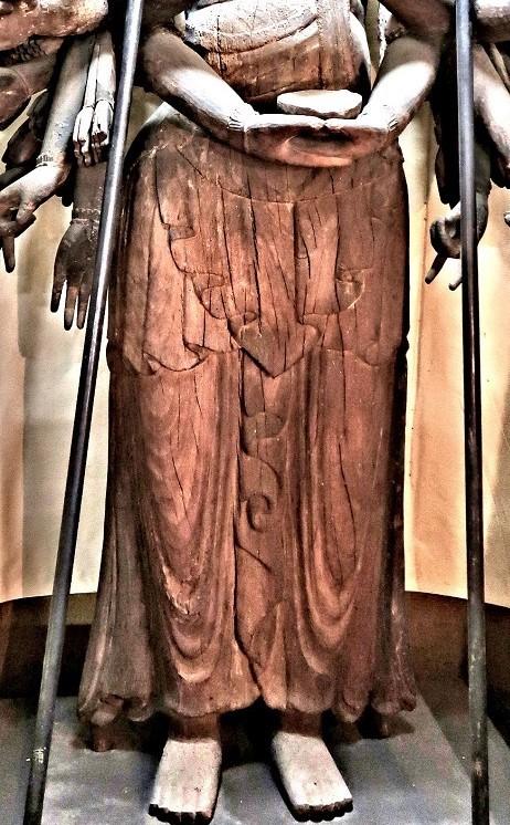 勧学寺・千手観音像~古様な衣文がのこされる脚部