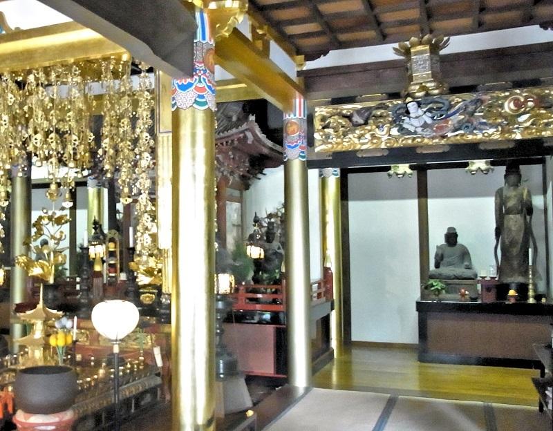 満願寺・本堂の外陣の片隅に祀られている薬師如来像