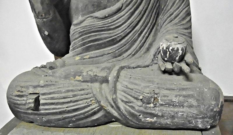 満願寺・薬師如来像の密集した衣文の刻線