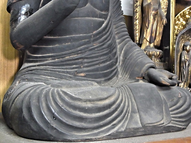 西方寺・如来坐像の密集した衣文の刻線