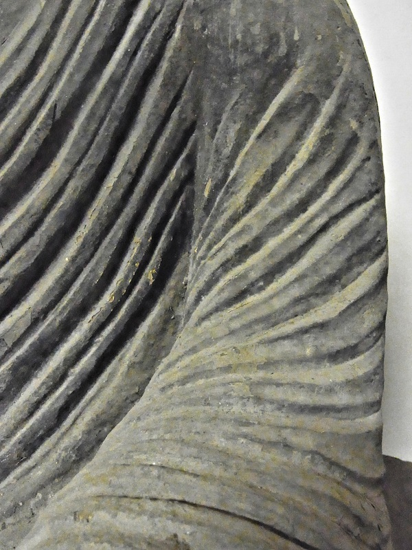 満願寺・薬師像の左肩~腹部への衣文