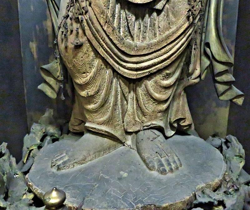 蓮肉まで共木で彫り出されている勝光寺・聖観音像