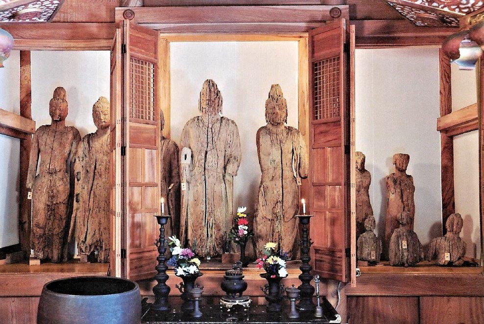 安念寺のお堂に祀られる破損仏・いも観音像