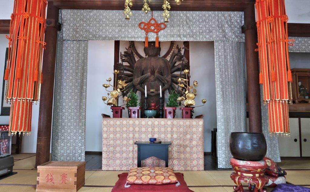 西岳院観音堂に祀られる巨像の千手観音像