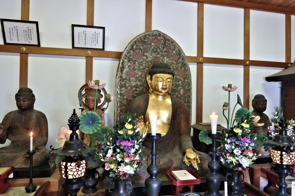 中墓寺収蔵庫・瑠璃殿に安置される3躯の如来像
