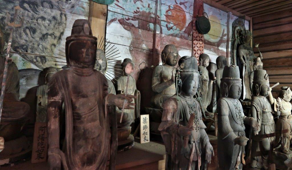 薬音寺本堂に祀られる古仏像群