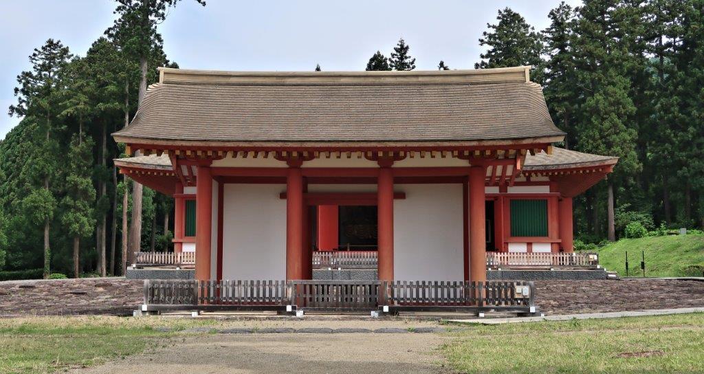 慧日寺跡に復元された中門と金堂