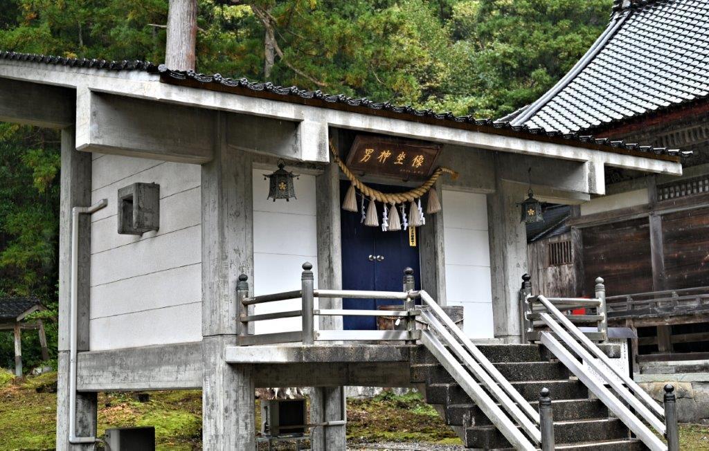 二上射水神社・男神像が祀られる収蔵庫