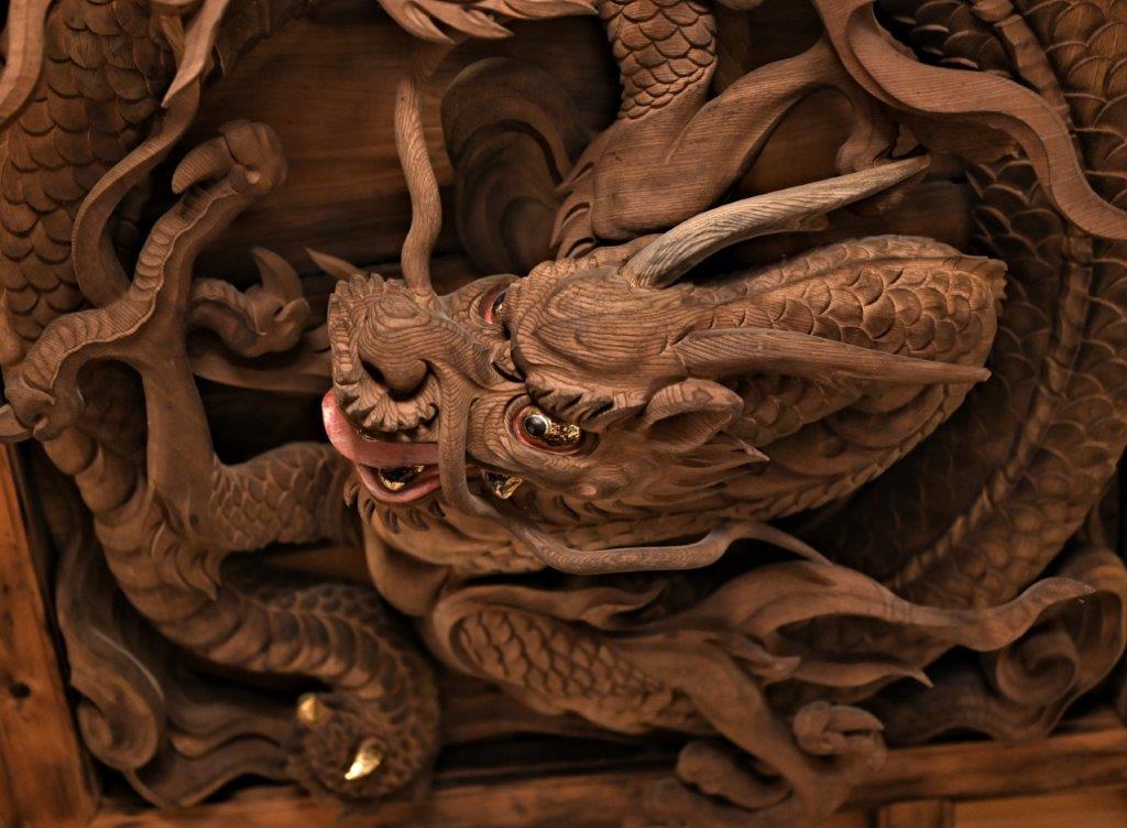 拝殿天井の「井波彫刻の龍」
