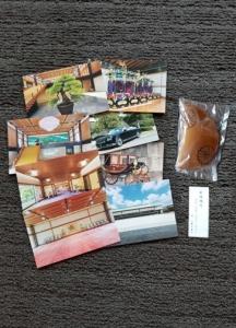 天皇から受章者に賜った菓子(菊焼残月)と皇居写真はがき