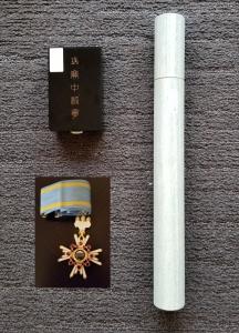 国立劇場で伝達された勲章と賞状筒