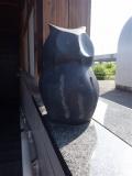 JR十日町駅 東口自由通路の石像 みみずく