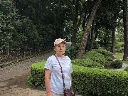 7242019 京子 呉美術館前の庭にて S