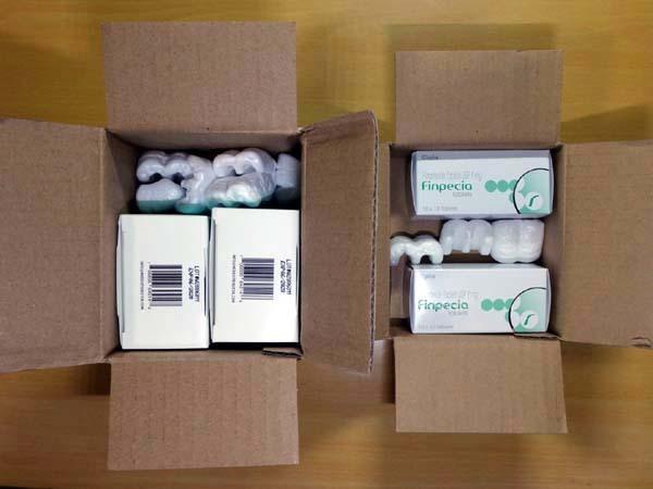 輸入薬の開封、梱包の様子