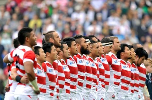 肩を組み「君が代」を斉唱する日本代表選手
