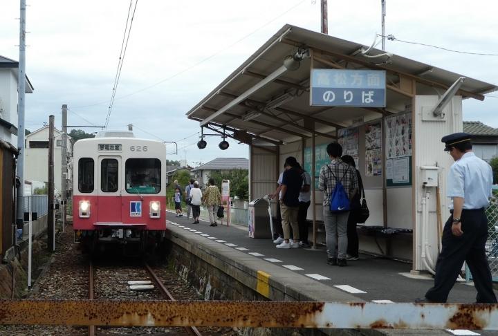 琴電志度駅に入る琴電車両