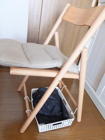 リビングの椅子の下