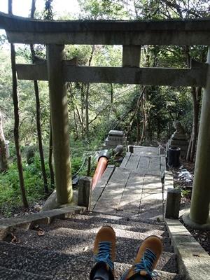 大岩神社とトレッキングシューズ1908