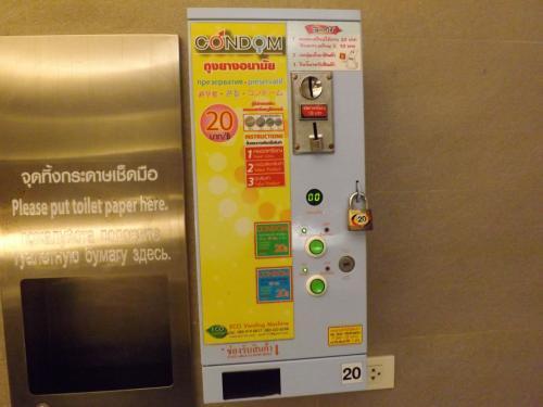 2016-06 セントラルフェスティバル トイレ自販機