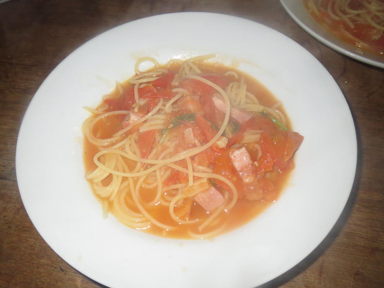 フレッシュトマトとベーコンのパスタ