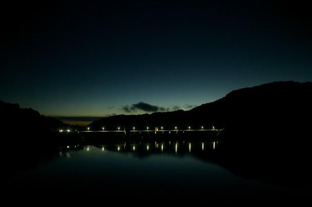 ペルセウス座流星観測 ダム湖の夜明け